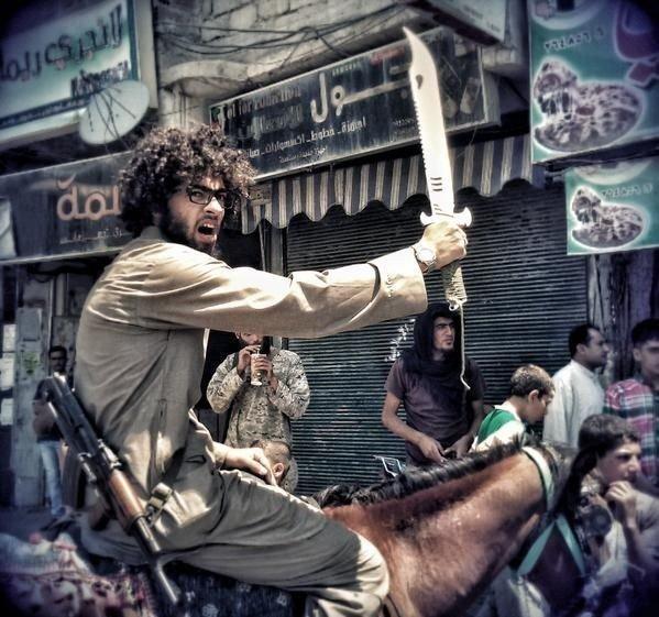 Islam Yaken poserer med en sabel oppå en hest. Den unge egypteren har gjennomgått en enorm forvandling - fra hipster til jihadist.