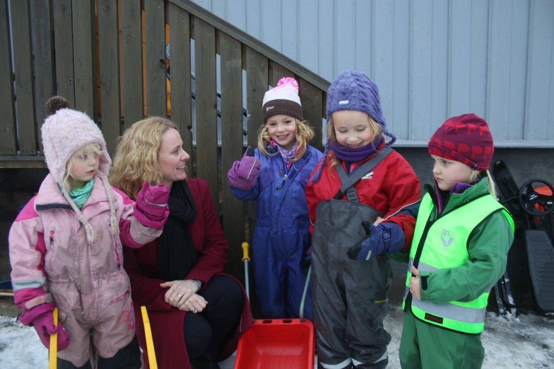 Eira (3), Emilie (5), Ida Mathilde (4) og Ingrid (5) forklarte byråden, Anniken Hauglie, hvor bra livet i Nordre Skøyen barnehage er.