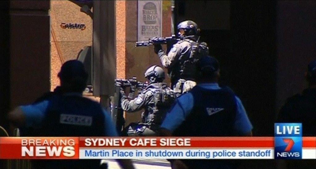 Skjermbilde fra Seven Network: Bevæpnet politi har omringet Lindt cafe i senturm av Sydney der flere titalls personer holdes som gisler.