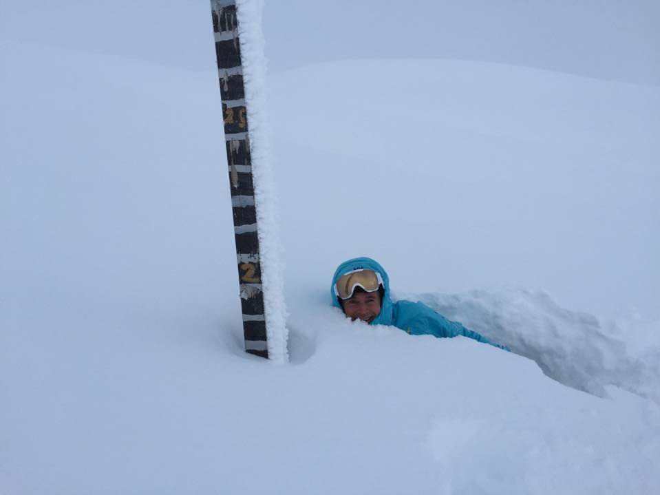 OVER EN METER: På skisenteret Myrkdalen utenfor Voss har det lavet ned med snø i store mengder. Nå viser målestokken 145 centimeter.