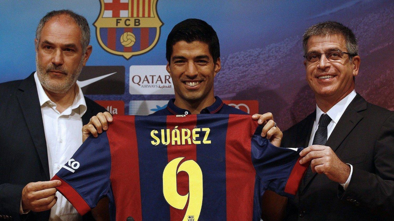 Barcelonas klubbdirektør Andoni Zubizarreta (t.v) måtte mandag forlate jobben. Her sammen med Luis Suarez og Barcelonas visepresident Jordi Mestre.