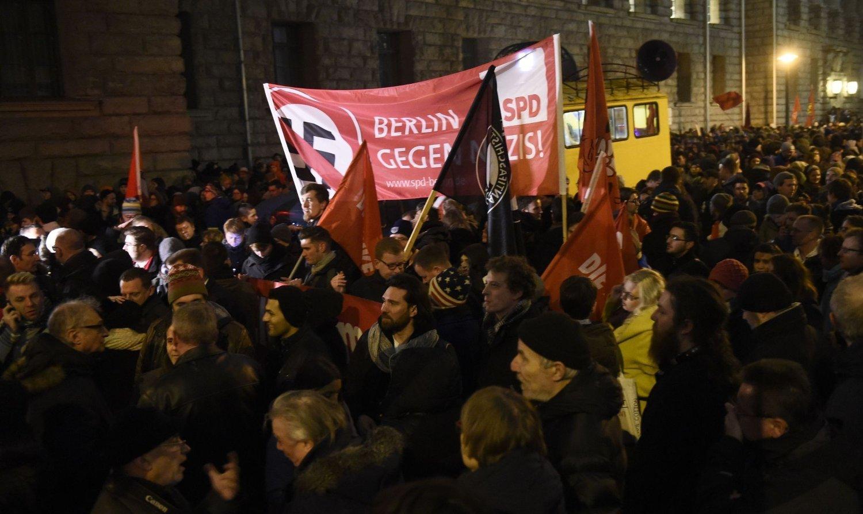 MOBILISERTE: Det var motdemonstrasjoner i en rekke tyske byer mandag, blant annet her i hovedstaden Berlin.