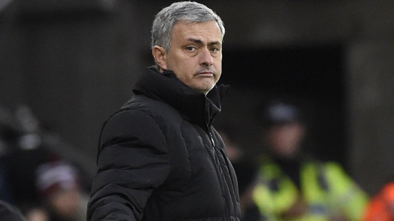 IKKE MOBB GERRARD: José Mourinho mener Chelsea-fansen må slutte å synge om den gangen Steven Gerrard falt fra seriegullet forrige sesong.