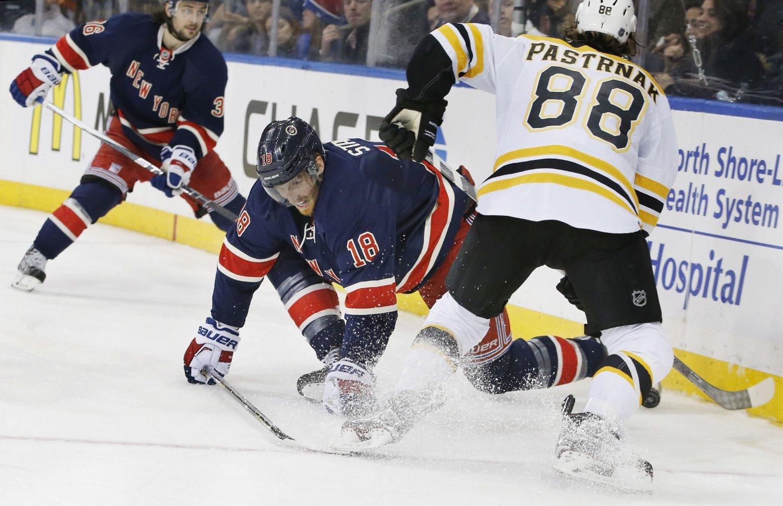 NY ASSIST: Mats Zuccarello Aasen (bak) mot Boston Bruins.