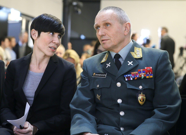 Forsvarsminister Ine Eriksen Søreide (H) avbildet sammen med E-tjenestens sjef, generalløytnant Kjell Grandhagen, under fremleggelsen av årets trusselvurdering på torsdag.