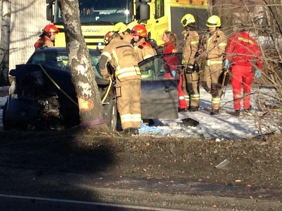 TO FASTKLEMT: To personer satt fastklemt etter at en bil havnet i et tre søndag morgen.