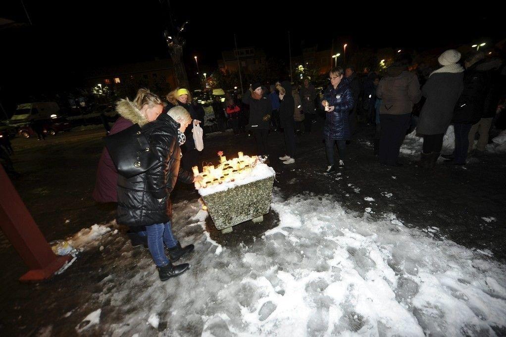 Mange kom på spontanmarkeringen ved Kristiansund sjukehus for å tenne lys for gutten som døde søndag.