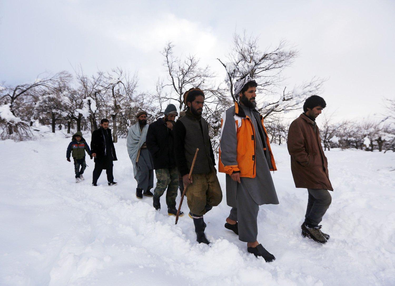 Landsbyboere kommer tilbake etter å ha lett etter slektninger som er tatt av snøskred de siste dagene.