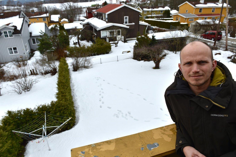 UENIGE OM HAGEN: Fredrik Otterstad hevder å ha gitt fra seg en del av hagen bak tujahekken (t.v.) til nabo Jon Gelius.