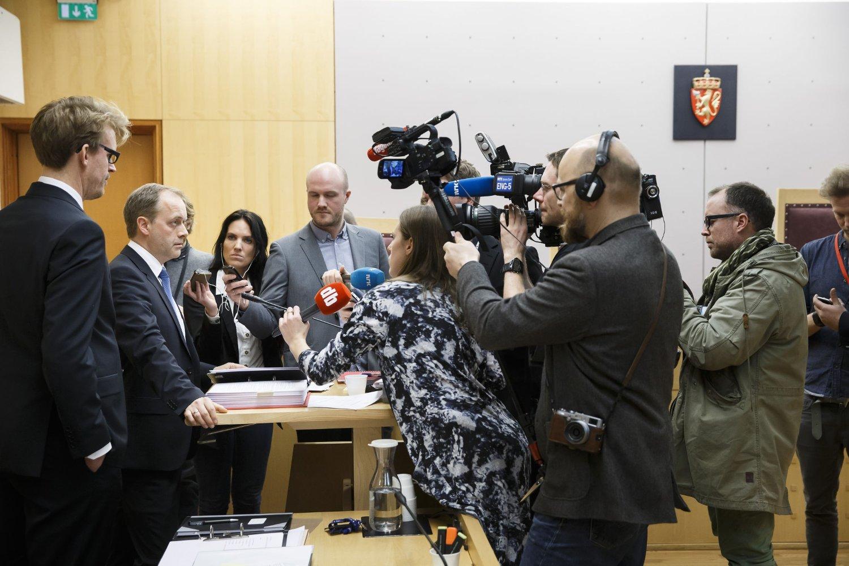 Statsadvokatene Jan Glent og Fredrik G. Ranke (tv) snakker med pressen i en pause i straffesaken mot tre menn som er tiltalt for å ha tjenestegjort med våpen for terrororganisasjonen Den islamske stat Irak og Levanten (ISIL) på forskjellige steder i Syria.