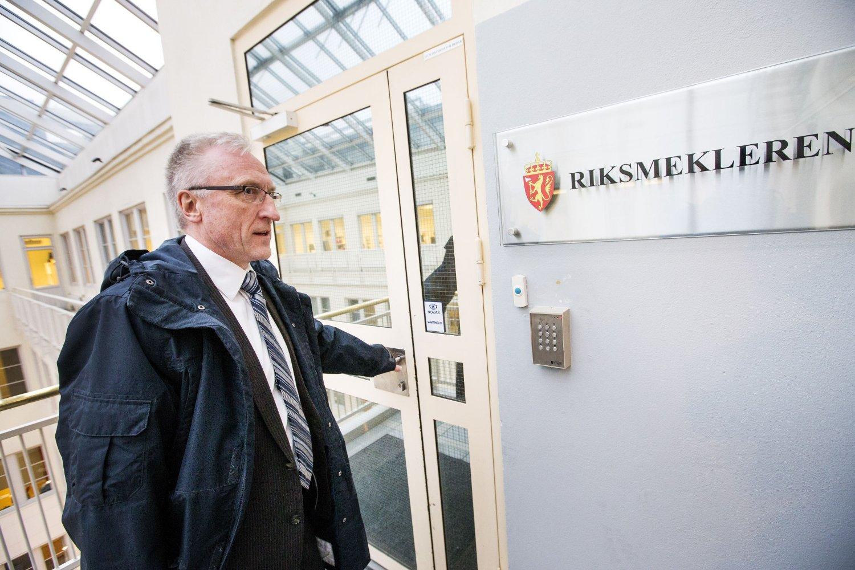 Pilotene i Norwegian startet torsdag formiddag ny mekling hos riksmekler Nils Dalseide. Her flysjef Tomas Hesthammar i Norwegian på vei inn til første meklingsmøte.