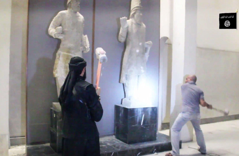 GÅR AMOK: Noen av kunstskattene som ble ødelagt, er laget flere hundre år før Kristus.