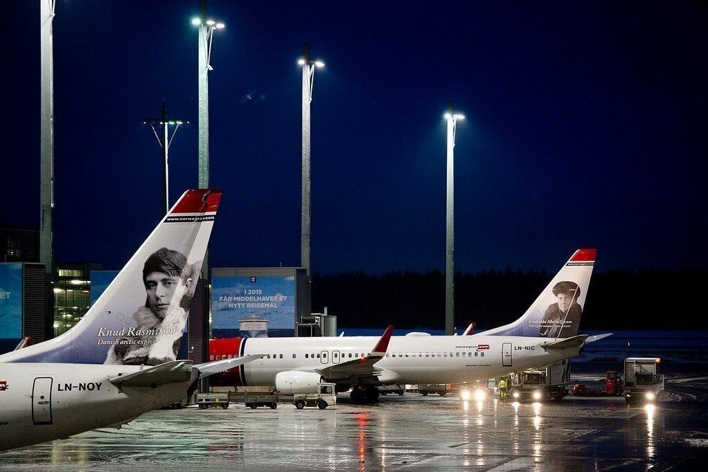 Gardermoen 20150301. To Norwegian-fly står parkert ved Oslo Lufthavn søndag kveld. Flere flyavganger er innstilt eller forsinket fra Oslo Lufthavn på grunn av streik og høyt sykefravær hos flyselskapet Norwegian.