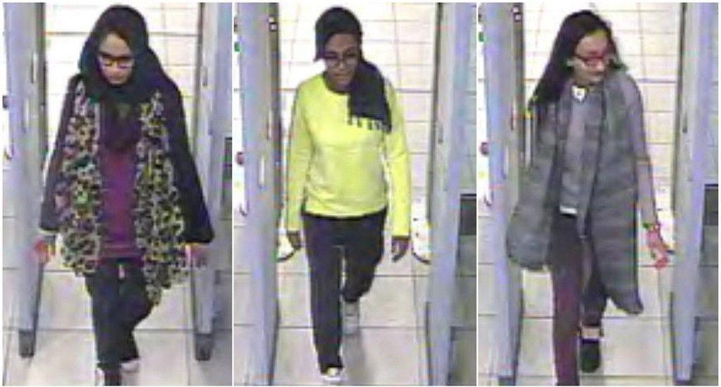 De tre britiske tenåringene Shamima Begun, Amira Abase og Kadiza Sultana går gjennom sikkerhetskontrollen på Gatwick-flyplassen i London før de fløy til Tyrkia. De er nå trolig i Syria.