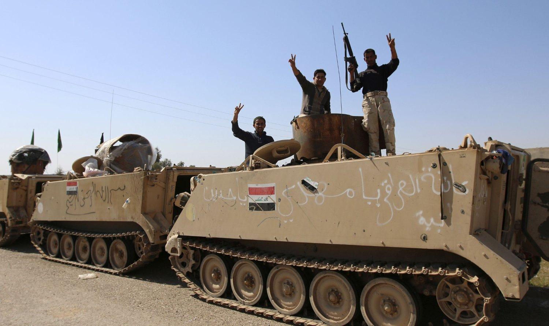 Irakiske regjerings- og militssoldater poserer for kamera på toppen av et pansret kjøretøy i Udhaim dam, nord for Bagdad, mens de forbereder seg på en storstilt offensiv mot IS-kontrollerte områder langs elva Tigris.