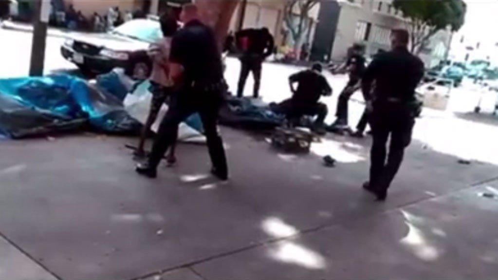 DØDELIGE SKUDD: Faksimile fra video publisert av KTLA 5 News etter skytingen i sentrum av Los Angeles søndag.