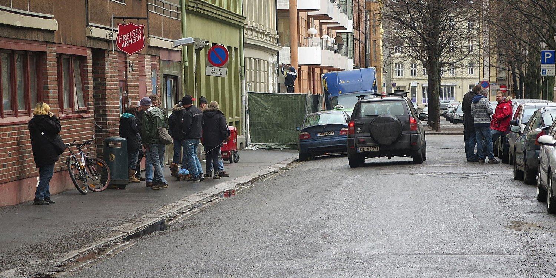 I en stille og lite trafikkert gate på Grønland holder Oslos tyngste rusmiljø til - midt i boligstrøket.