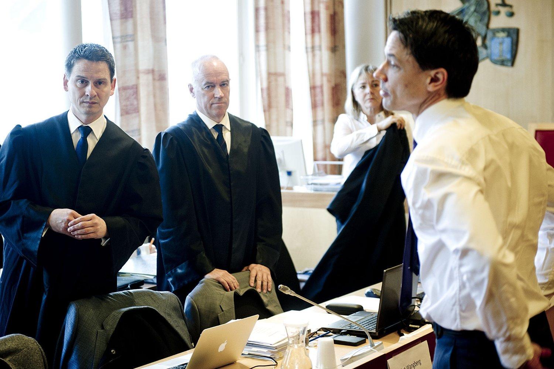 Advokatene Espen Wangberg (fra v.), Knut Fure og Gunhild Bergan sammen med aktor Alvar Krafft Randa i Drammen tingrett like før rettssaken mot fem personer i en grov overgrepssak startet mandag.
