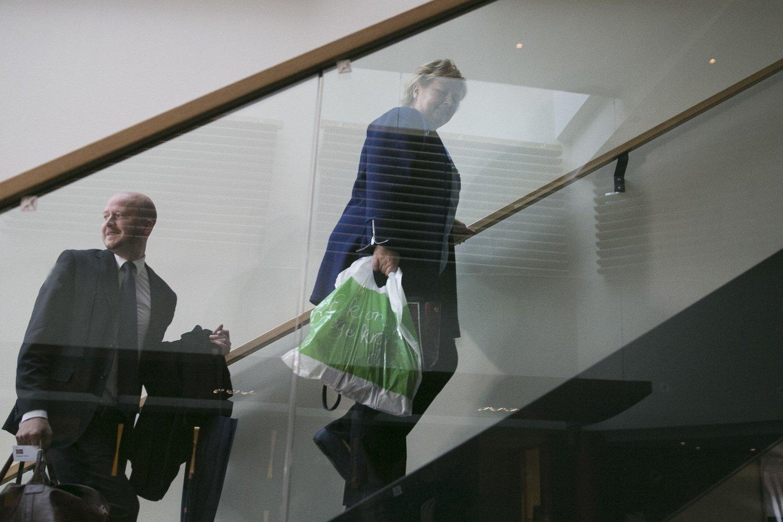 SUKRER MØTET: Høyre-leder Erna Solberg overrasket sonderingsforhandlingene på Radisson Blu Nydalen i Oslo med en Kiwi-pose full av godteri i september 2013. 18 måneder har gått - hva har hun med seg tirsdag, tro?