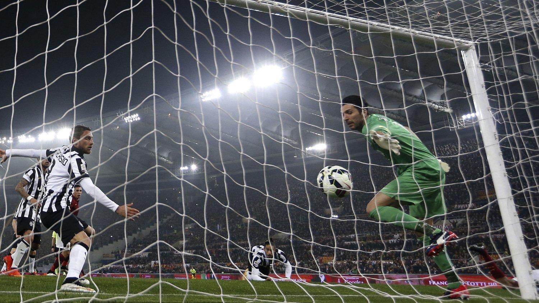 UTLIGNET: Romas Seydou Keita headet inn utligningen og reddet ett poeng drøye ti minutter før slutt.