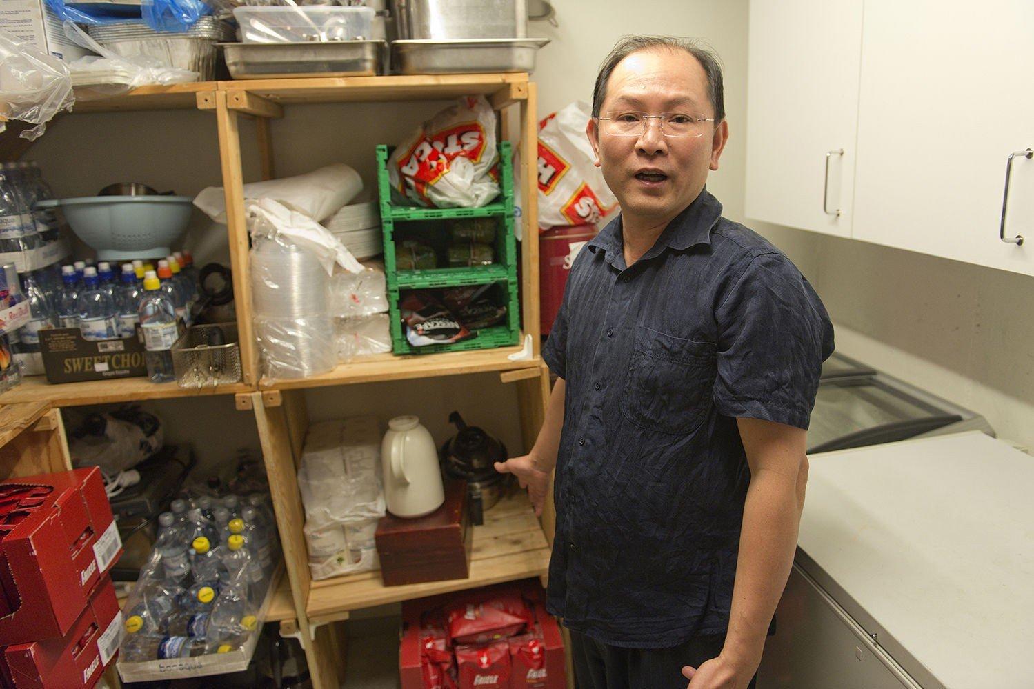 Kiet Tuan Huynh forteller at elevene er godt fornøyd med kantinematen og at ting nå er akkurat slik Mattilsynet vil ha det. På lageret var det nødvendig å omorganisere en del produkter.