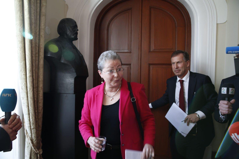 NYE ROLLER: Kaci Kullmann Five møter pressen, sammen med Olav Njølstad, etter at hun tirsdag tok over som leder av Nobelkomiteen etter Thorbjørn Jagland.