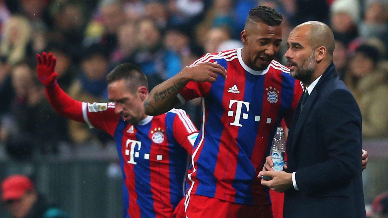 SA NEI: Jerome Boateng bestemte seg for å ikke gå til Barcelona. Her prater han med Bayern München-manager, og tidligere Barcelona-manager, Josep Guardiola.