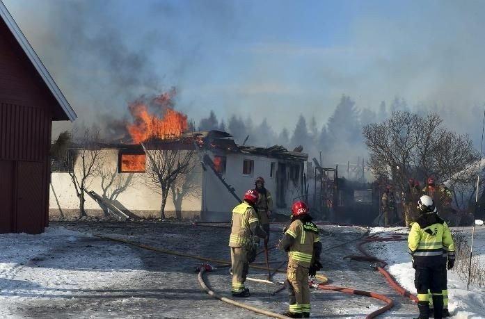 Brannvesenet kjempet mot flammene på Nordby gård på Einastrand onsdag ettermiddag.