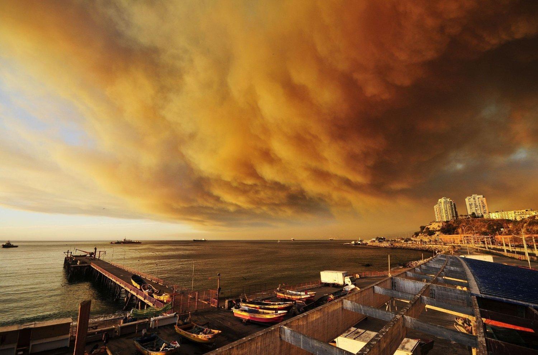 HEFTIG: Skogbrannen er ute av kontroll og truer med å ramme den chilenske havnebyen Valparaíso.