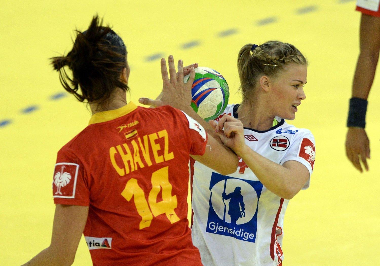 FLAGGER UT: Veronica Kristiansen i duell med Spanias Elisabeth Cháves under EM-finalen i fjor. Nå skal den norske forsvarskjempen fortsettte karriren i utlandet.