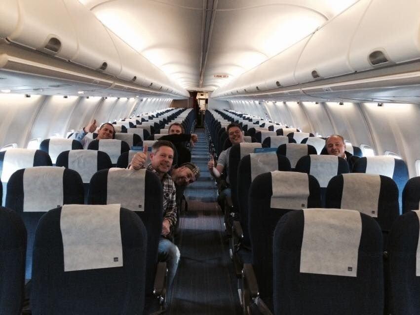 GOD PLASS: Trond Ivar Albrigtsen (nærmest kamera) hadde kun sju medpassasjerer på flyvningen fra Oslo til Tromsø lørdag.