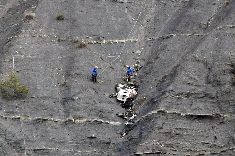 Redningsarbeidere ved en av de mange vrakrestene etter Germanwings-flyet i de franske Alpene.