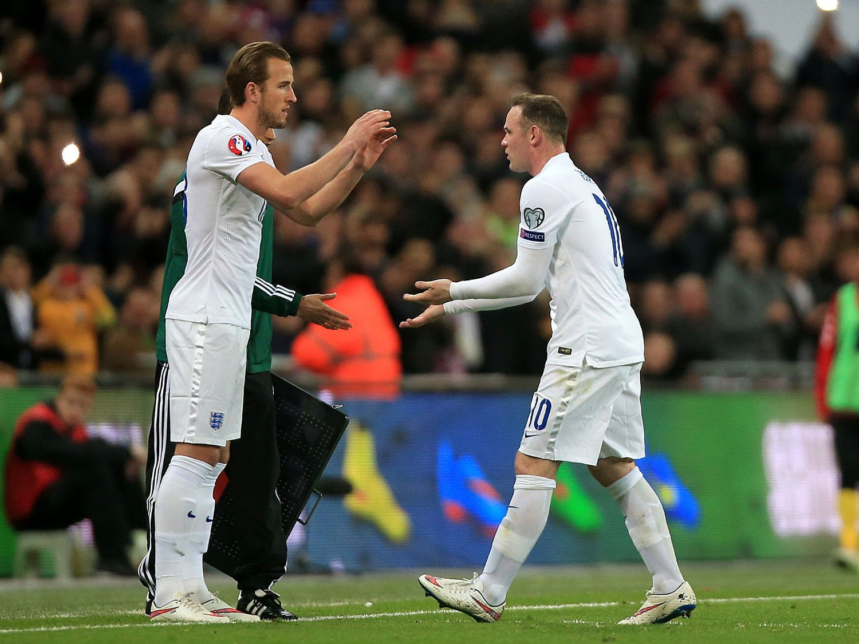 KAPTEINEN OG ARVTAKEREN: England-kaptein Wayne Rooney (til høyre) ble byttet ut til fordel for Harry Kane fredag. Tirsdag spiller duoen sammen for hjemlandet.