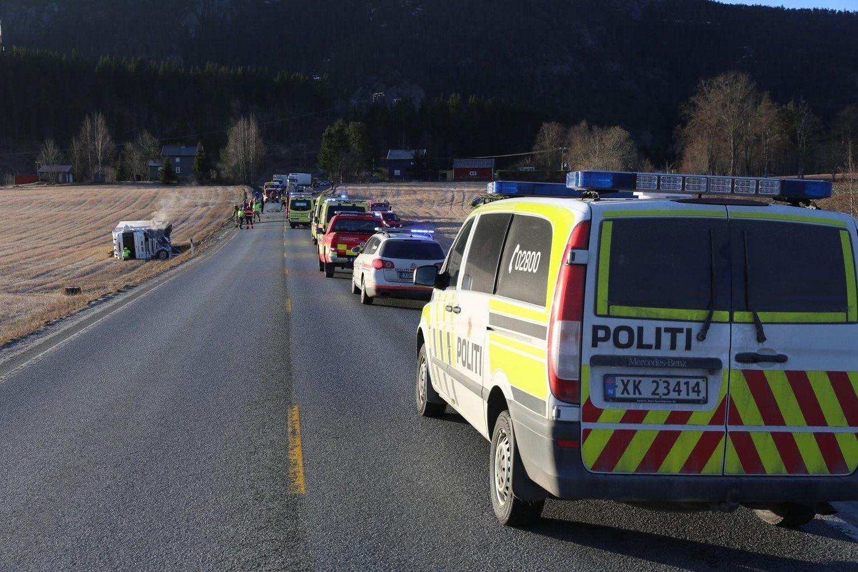 Tirsdag morgen var det en front mot front-kollisjon mellom en lastebil og en personbil i Åsen i Nord-Trøndelag. Føreren av personbilen, som tok fyr, satt fastklemt, men folk på stedet slukket brannen før nødetatene kom til stedet. Foto: Terje Næss / NTB scanpix
