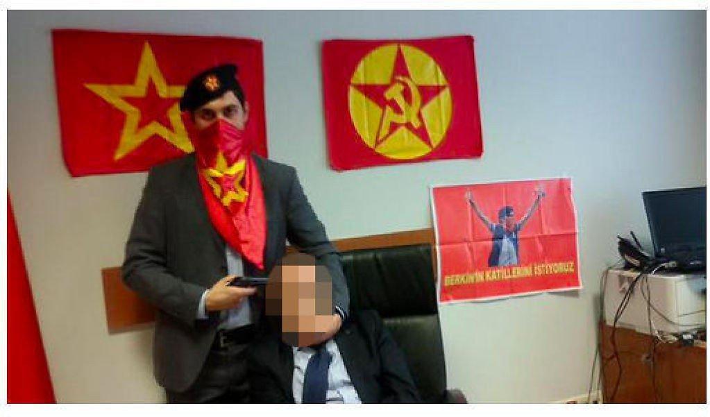 TRUET MED Å DREPE: En bevæpnet mann truer statsadvokat Mehmet Selim Kiraz, som ble tatt som gissel i rettsbygningen i Istanbul tirsdag. Bildet ble lagt ut på nettet av gisseltakerne.