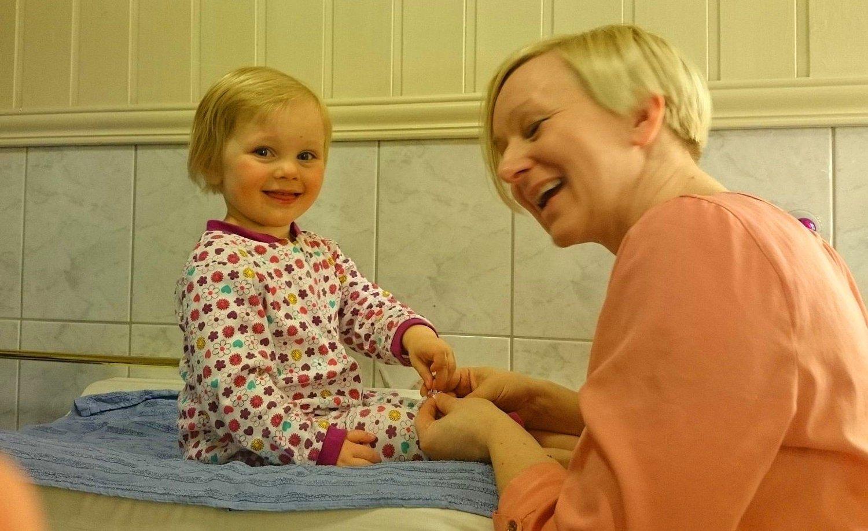 GLIDENØKKEL: Da Mathilde (2) så ned på pysjen og utbrøt at den hadde to glidenøkler, skjønte mamma Gunhild Guttvik at datteren hadde funnet opp et nytt ord. Foto: Privat