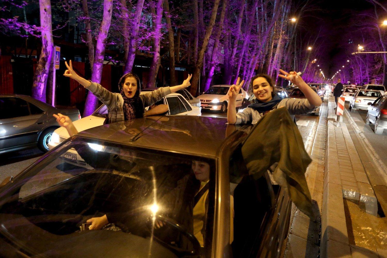 FEIRING: Kvinner viser V-tegnet mens de deltar i feiringen av atomavtalen fra Lausanne nord i Teheran torsdag kveld.