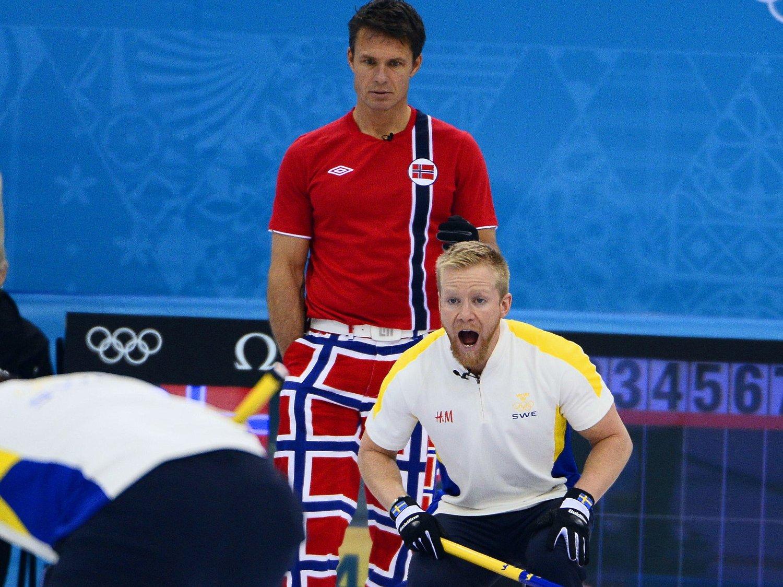 GJENSYN: Regjerende mester Norge og Thomas Ulsrud møter samme nasjon i årets VM-finale som da de triumferte i fjor: Sverige. Her fra en kamp mellom nabolandene i Sotsji-OL i fjor.