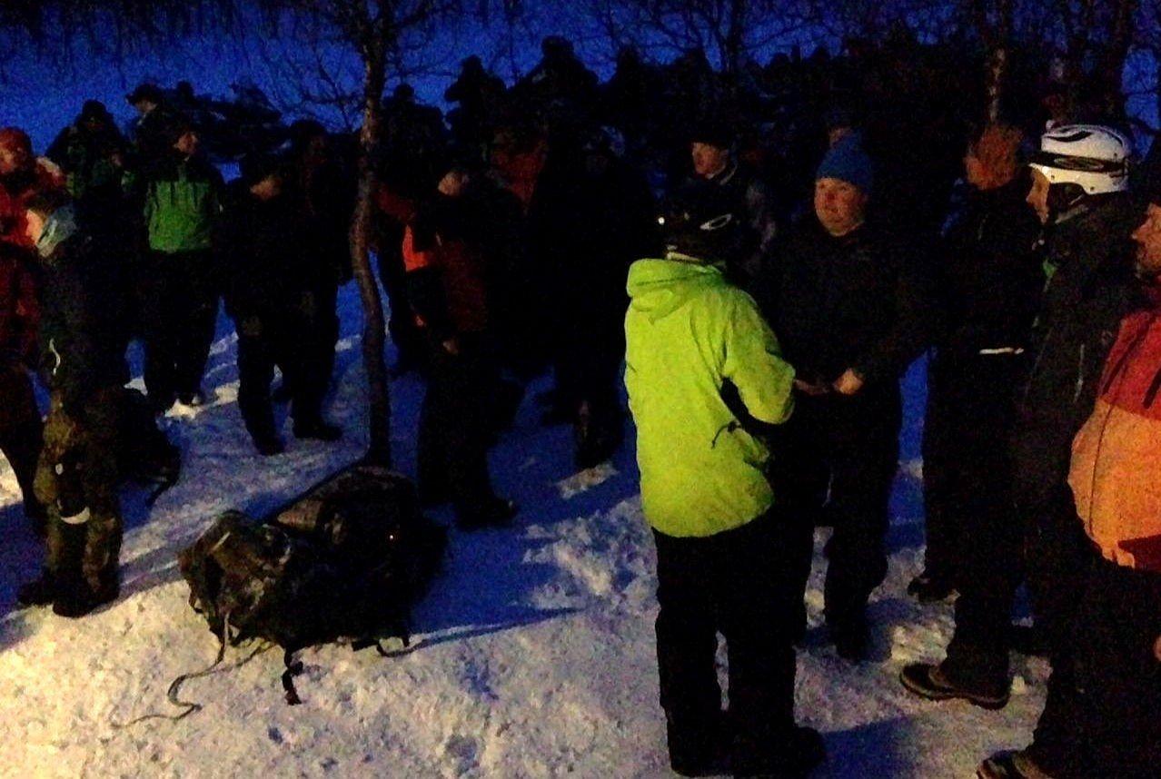 Letemannskapene fra Bardu Røde Kors Hjelpekorps samlet etter aksjonen hvor de reddet en mann ut fra snøskred etter flere timer.