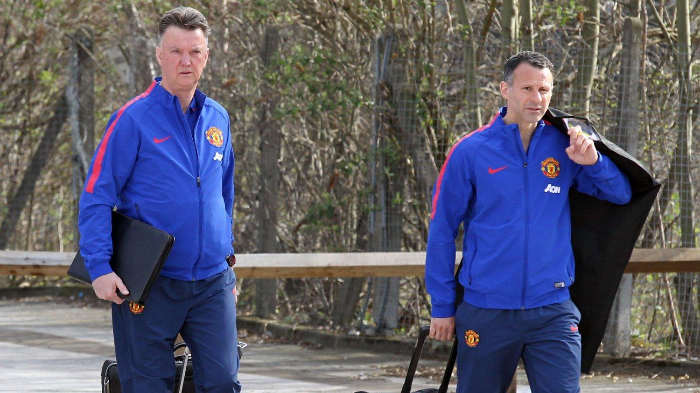 Manchester United-manager Louis van Gaal og assistent Ryan Giggs på vei til London for å møte Chelsea.
