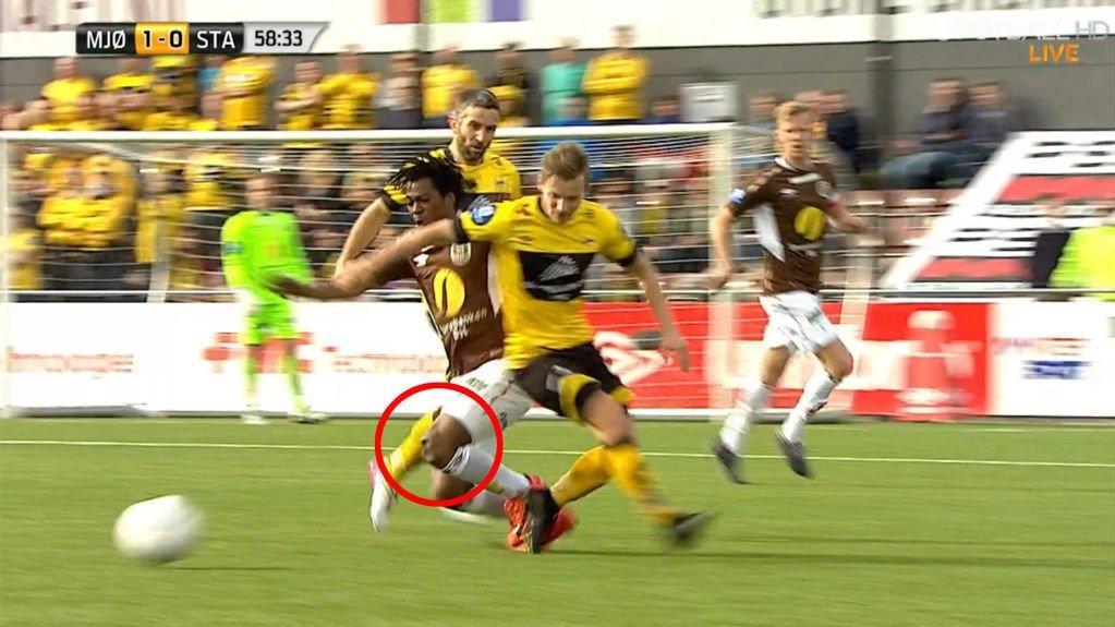 UTE AV LEDD: Mjøndalen-spiller Vamouti Diomande skrek i smerte etter at han fikk kneskålen ut av ledd.