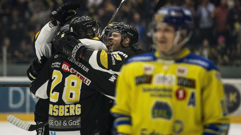 VANT: Her jubler Oilers Stian Høygård sammen med Kristian Forsberg etter det andre målet under ishockeykampen mellom Stavanger Oilers og Storhammar.