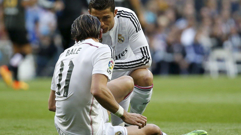 SKADETRØBBEL: Cristiano Ronaldo konstaterer at rekkekamerat Gareth Bale må gi seg med en skade i oppgjøret mot Malaga.