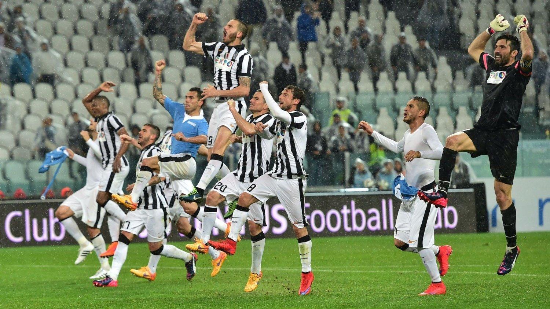 VANT TOPPKAMPEN: Juventus-spillerne jubler etter seier over Lazio.