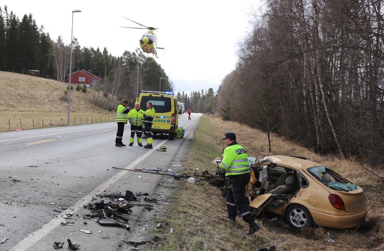 OMKOM: Mannskaper fra nødetatene på stedet der en mann mistet livet da en personbil kolliderte med et vogntog på E6 i Steinkjer søndag. Foto: Terje Næss / NTB scanpix