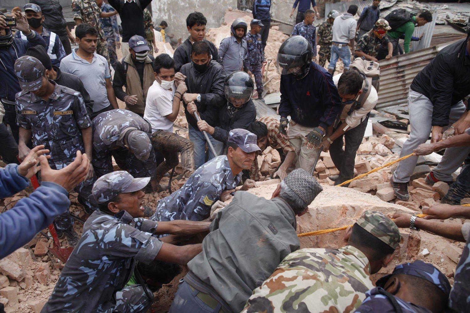 Politi og redningsmannskaper leter etter overlevende i ruinene av Dharara-tårnet i Katmandu.