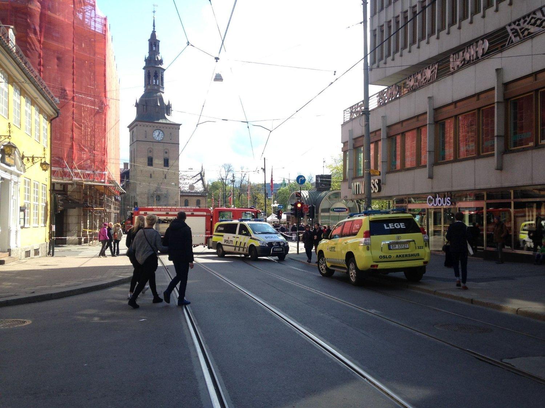 SPERRET: Gaten mellom Glasmagasinet og Youngstorget er sperret, og all trafikk - også 1. mai-toget - er omdirigert.