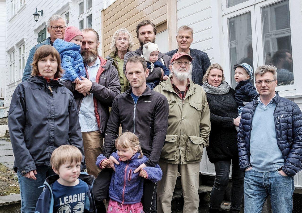 SAMLER SEG: Sentrumsbeboere samler seg mot hyblifisering. Her er det beboerne på Stølen som har møtt frem. Foran Gro Helliesen (med Gaute), Pål Ellingsen (med Gyri), Rolf Sandvik, Camilla Hoven Skauge (med Wilhelm på armen) og Tom Lingjerde. Bak: Ole Fretheim, Morten Krebs (med Eva), Gro Schibsted Sandvik, Øyvind Hoven Skauge (med Tomas på armen) og Arne Smedsvig.