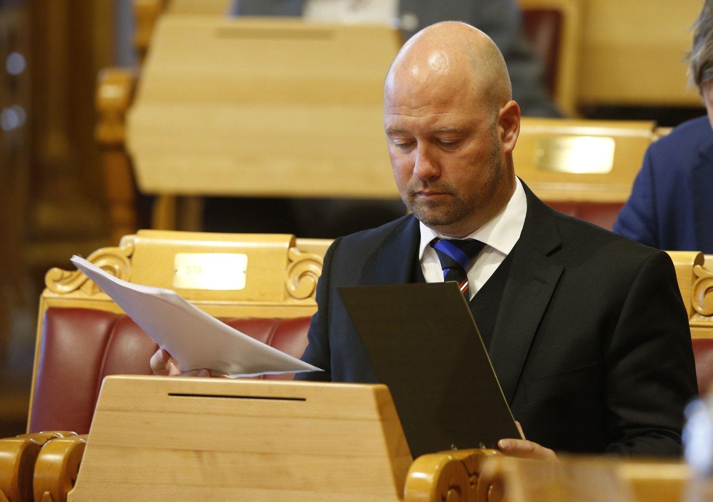 Statsråd Anders Anundsen (Frp) ser konsentrert ut, der han lytter til kritikken mot ham i asylbarn-saken tirsdag.