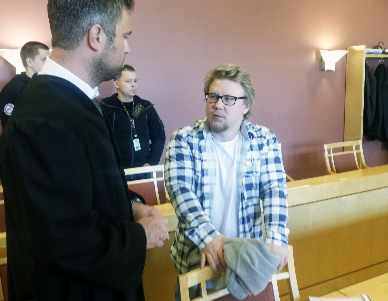 Drapstiltalte Kim Andreas Kristiansen i samtale med sin advokat Odd Ivar Grøn etter rettssaken mot ham ble avsluttet. Den 24 år gamle mannen samtykket til fotografering etter at retten ble hevet for siste gang under én uke lange rettssaken Foto: Peter Talos / NTB scanpix